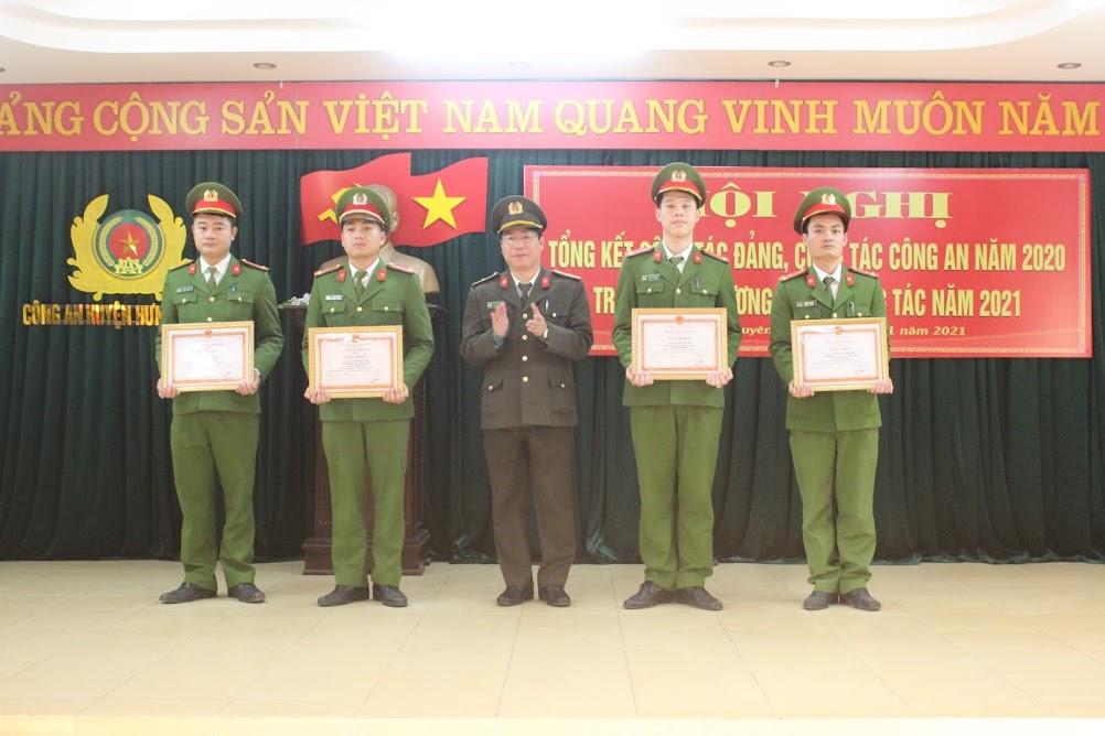 Trao thưởng đột xuất cho 9 cá nhân có thành tích trong công tác phòng chống tội phạm