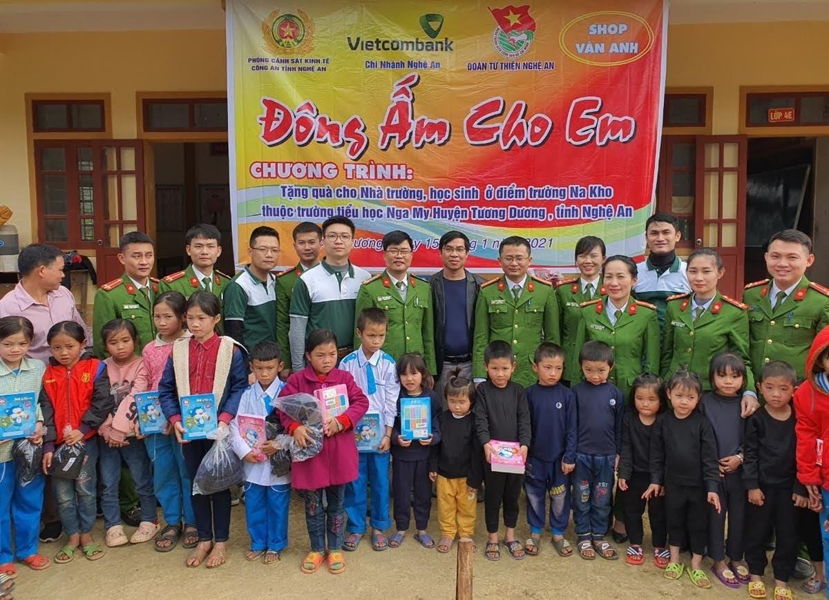 Trung tá Đặng Công Đàn - Phó trưởng Phòng Cảnh sát kinh tế trao quà cho các em học sinh thuộc các điểm trường tại xã Nga My, huyện Tương Dương.
