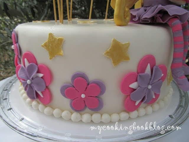 декориране на страните на тортата с цветя и звезди