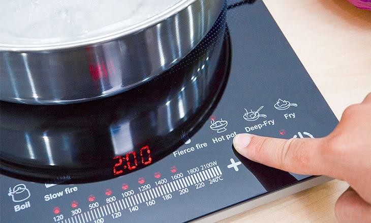 Chú ý đến thông tin hiển thị trên bếp từ