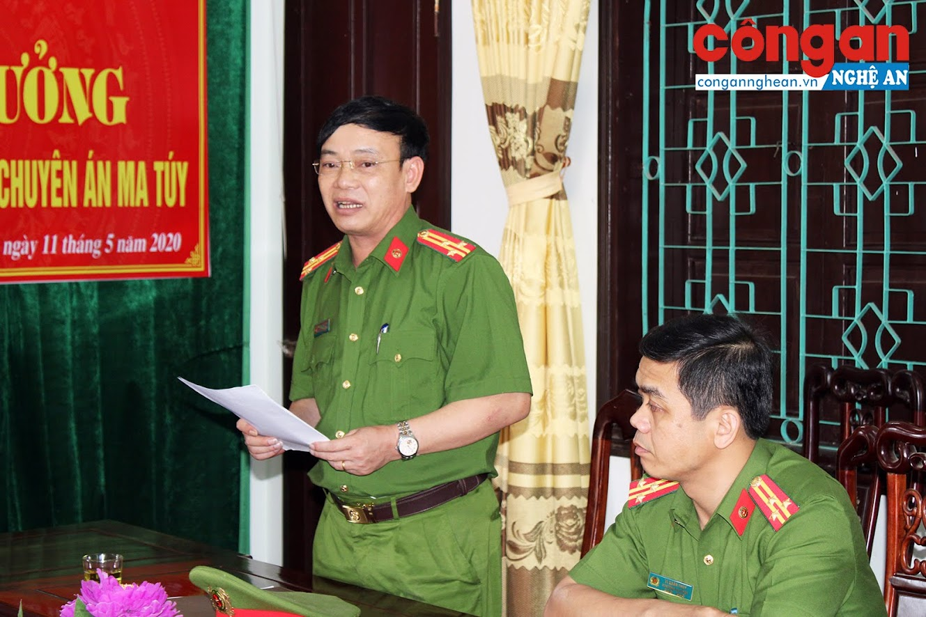 Đồng chí Thượng tá Nguyễn Đình Hùng – Trưởng Công an huyện Quỳ Châu báo cáo quá trình đấu tranh, khám phá thành công chuyên án.