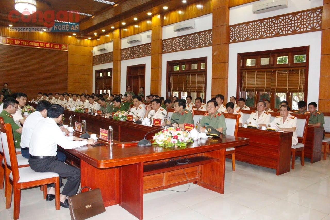 Các đại biểu tại buổi lễ.