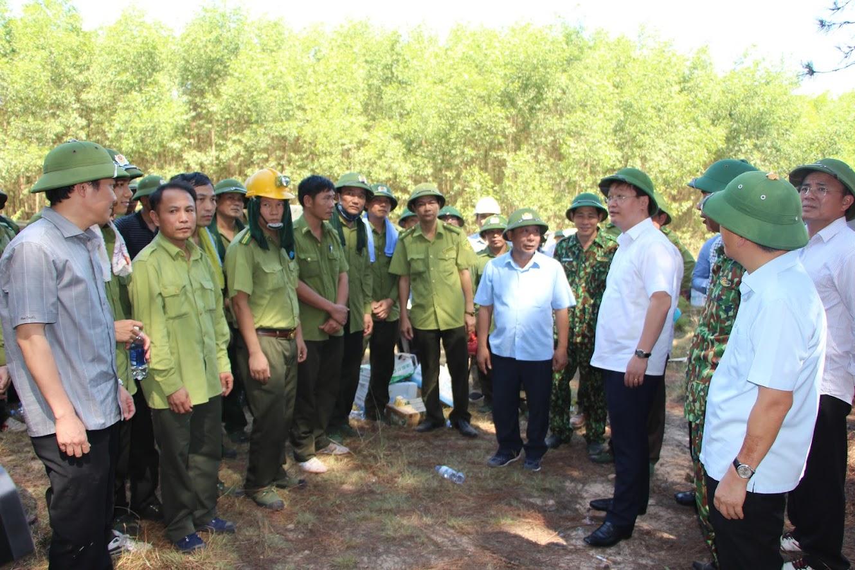 Đồng chí Nguyễn Đức Trung - Phó Bí thư Tỉnh ủy, Chủ tịch UBND tỉnh động viên các lực lượng chữa cháy trong sáng 28/6. ảnh Cao Loan
