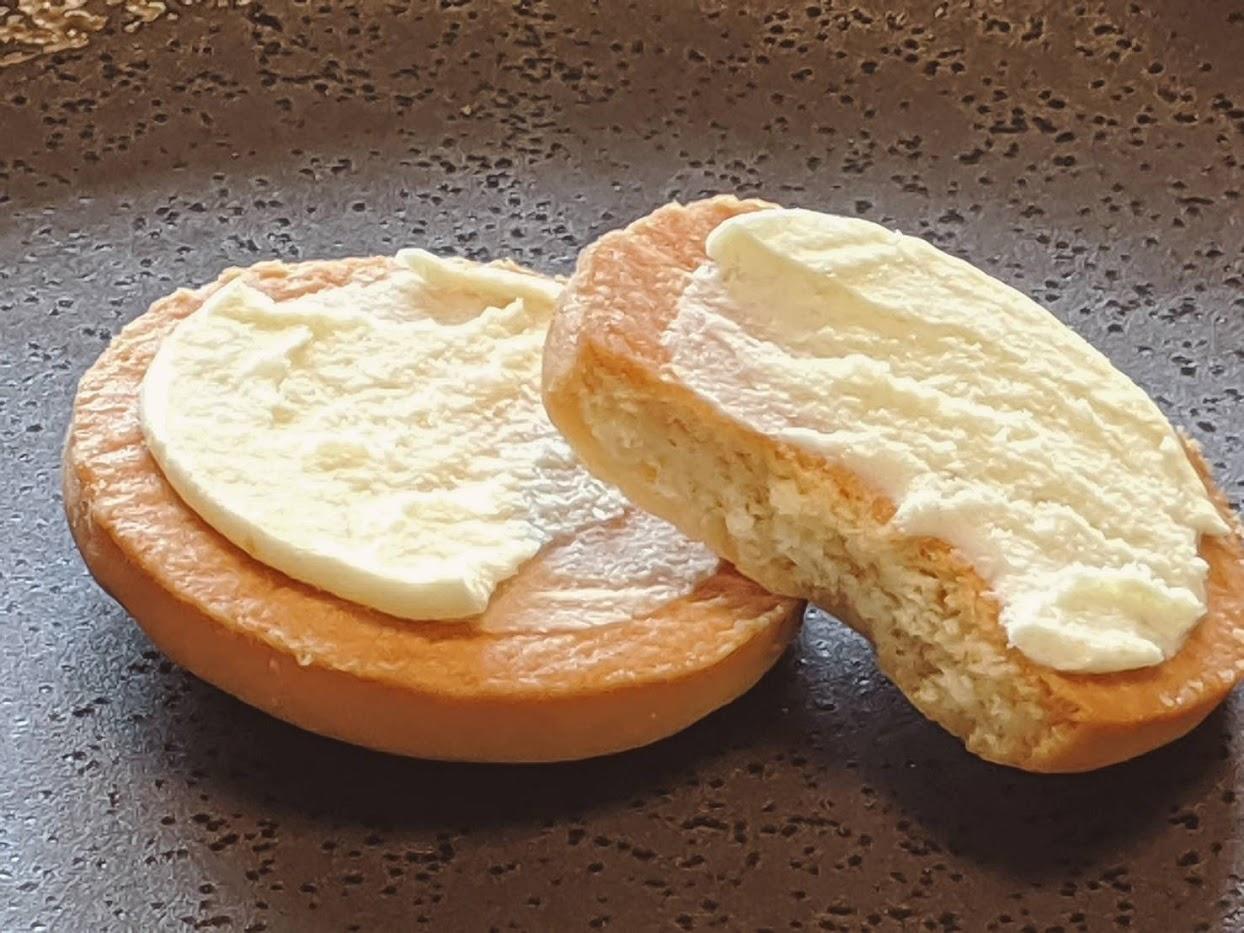 塩バタかまんを2つに分けて斜めに重ねた画像