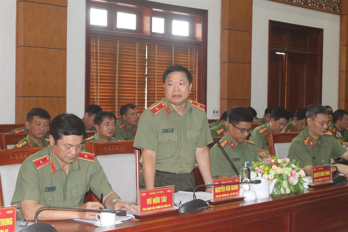 Các đồng chí trong Đoàn công tác Bộ Công an phát biểu tại buổi làm việc