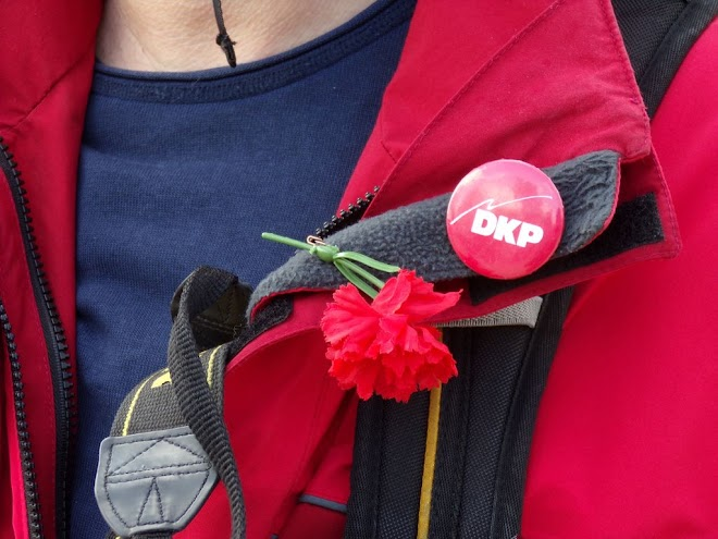 An der Jacke: Rote Nelke und DKP-Button.