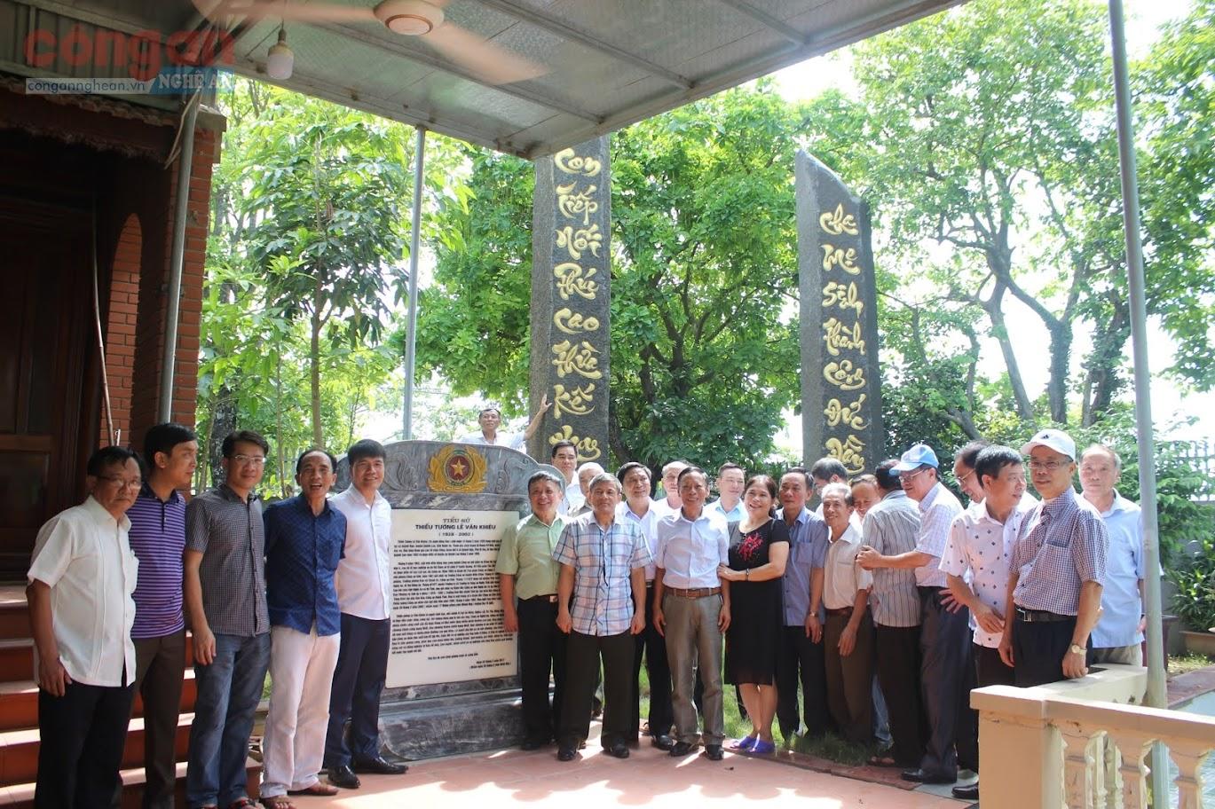 Chụp ảnh kỷ niệm tại Nhà lưu niệm Cố Thiếu tướng Lê Văn Khiêu