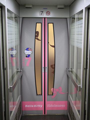 JR西日本 500系新幹線V2編成「ハローキティ新幹線」 新下関にて 7号車ドア付近 その1