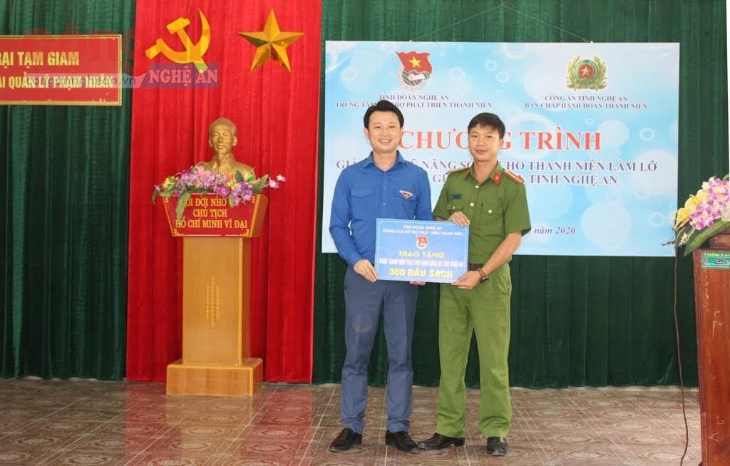 Đại diện Trung tâm hỗ trợ phát triển Thanh niên, tỉnh đoàn Nghệ An tặng 300 đầu sách cho Trại tạm giam Công an tỉnh