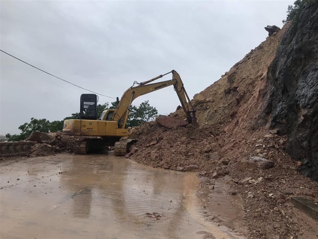 Do hoàn lưu bão số 9 vừa qua, tại dốc Rú Nguộc, huyện Thanh Chương bị sạt lở khối lượng đất, đá lớn xuống lòng đường khiến giao thông qua đoạn đường này bị ách tắc hoàn toàn