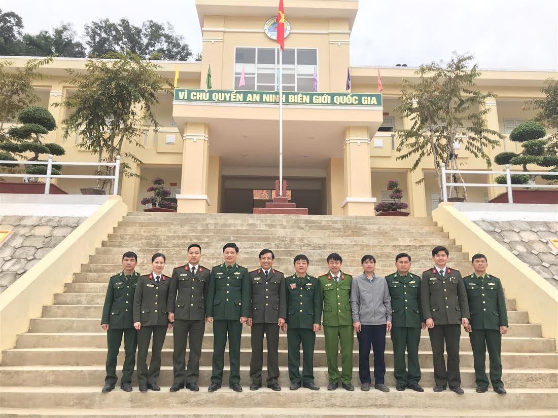 Đoàn công tác của Công an tỉnh đến thăm, chụp hình lưu niệm với Đồn biên phòng Nhôn Mai