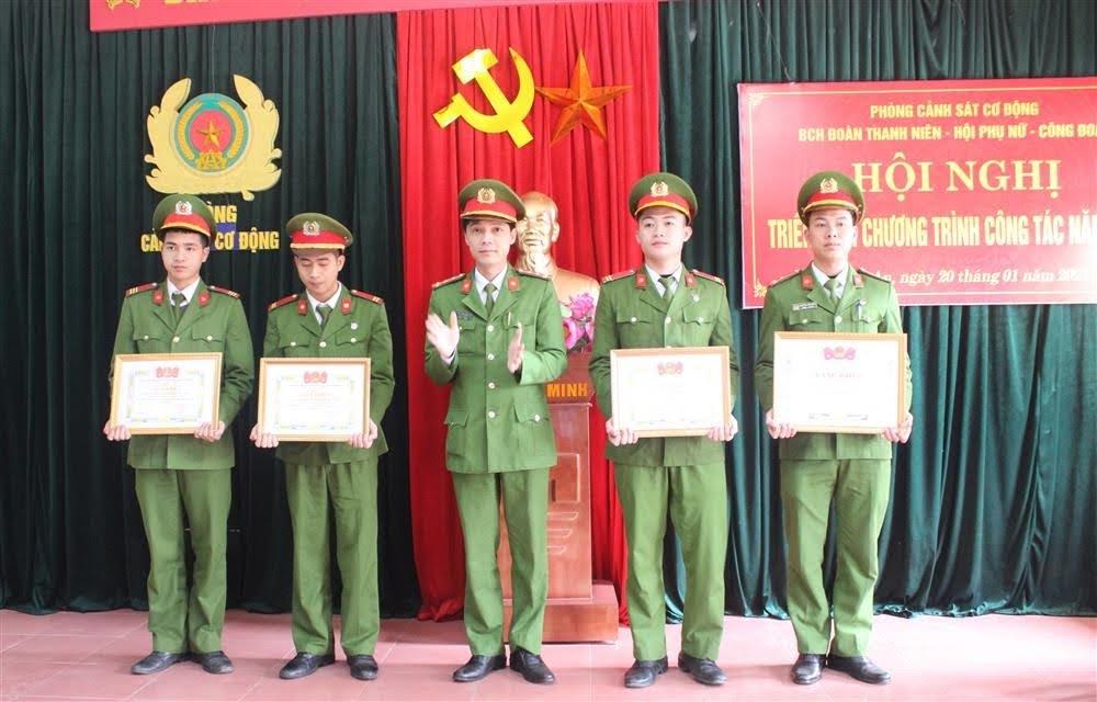 Khen thưởng cho các đồng chí có thành tích xuất sắc trong công tác Đoàn