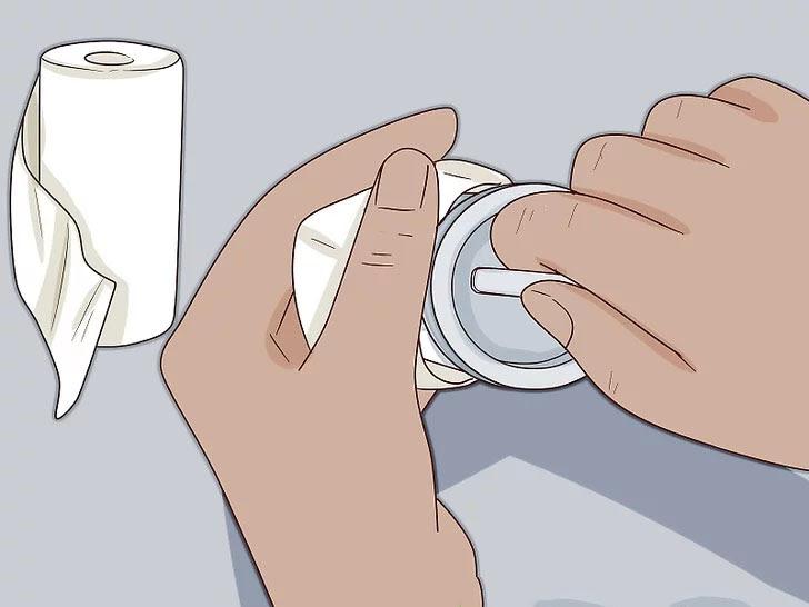 dùng khăn ẩm để loại bỏ cặn bẩn trong bộ lọc cặn