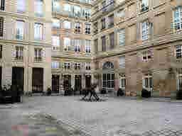 エミリー、パリへ行く Bureau de l'immeuble Savoir privé 9 Rue des Bons Enfants