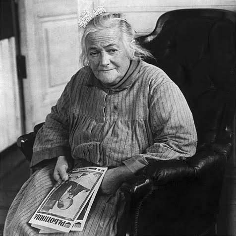Clara Zetkin, sitzend im Lehnsessel.