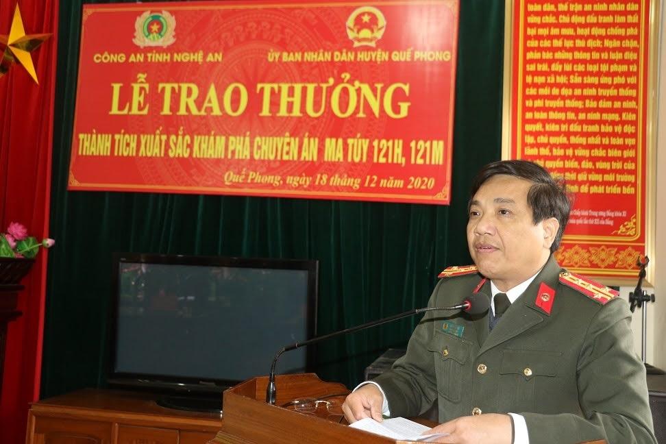 Đại tá Hồ Văn Tứ biểu dương, chúc mừng Công an huyện Quế Phong