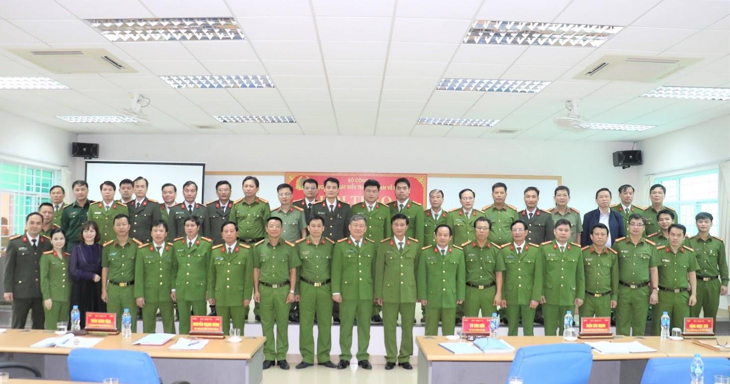 Các đại biểu tham dự Hội thảo chụp hình lưu niệm