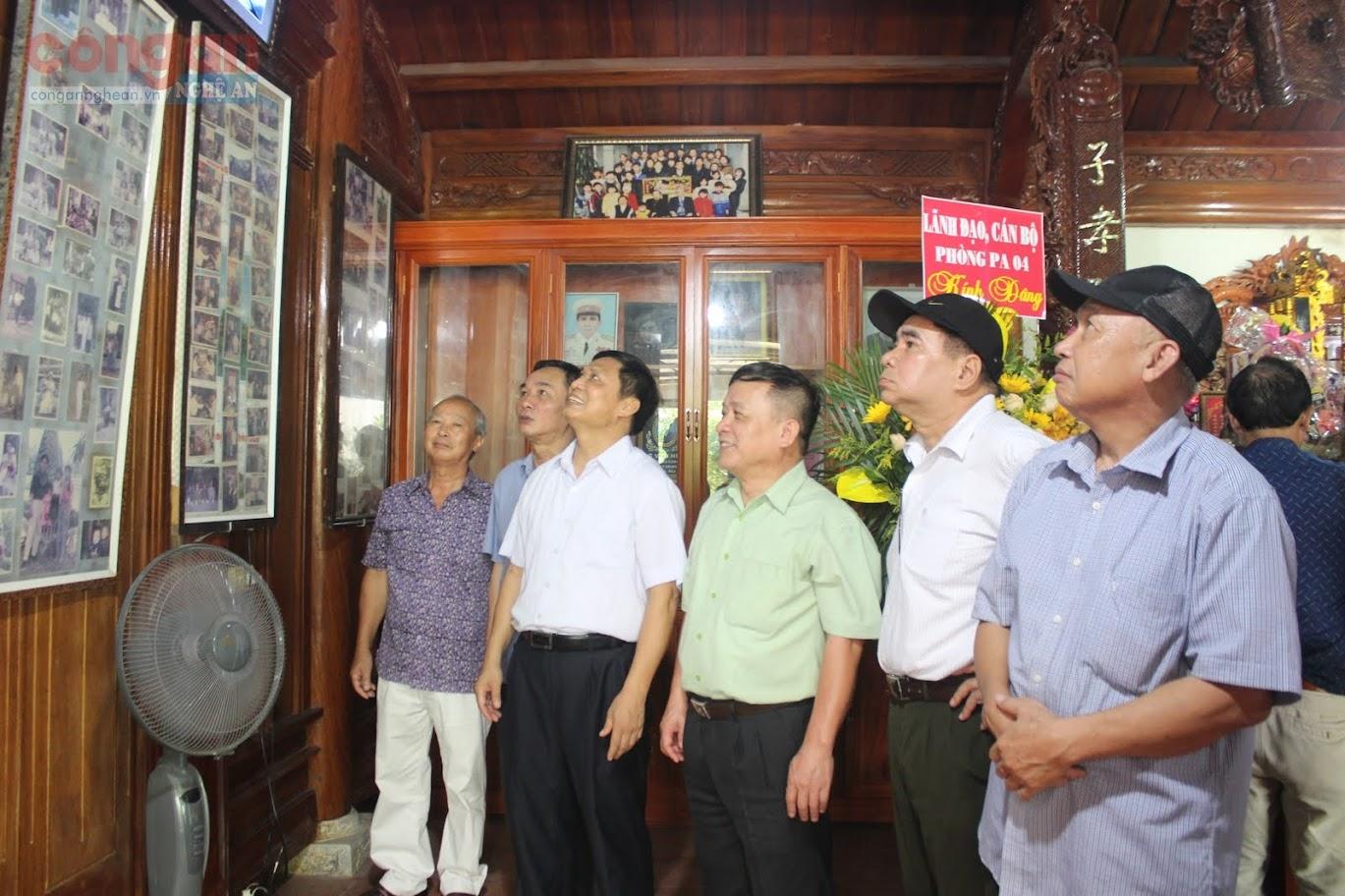 Cán bộ Công an hưu trí xem lại những hình ảnh về cuộc đời và sự nghiệp của Cố Thiếu tướng Lê Văn Khiêu