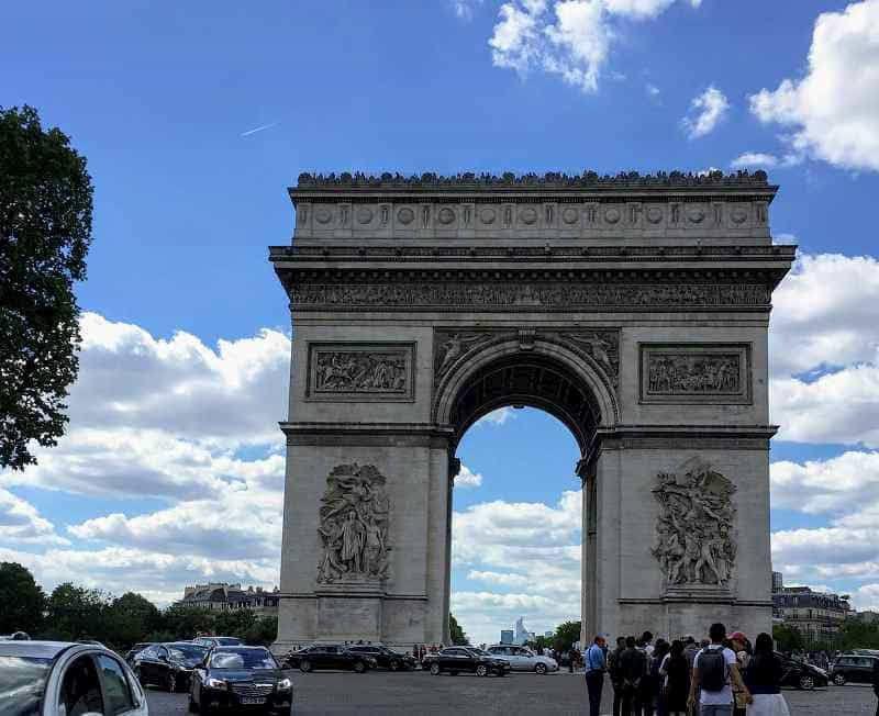 エミリー、パリへ行く 車から凱旋門