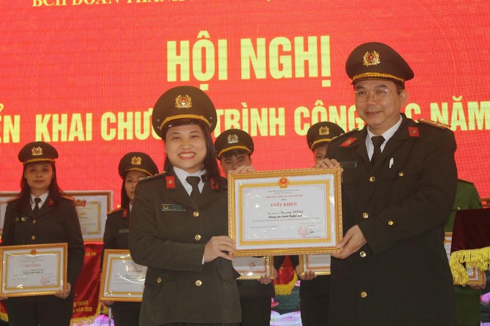 Hội phụ nữ Báo Công an Nghệ An nhận Giấy khen của Giám đốc Công an tỉnh