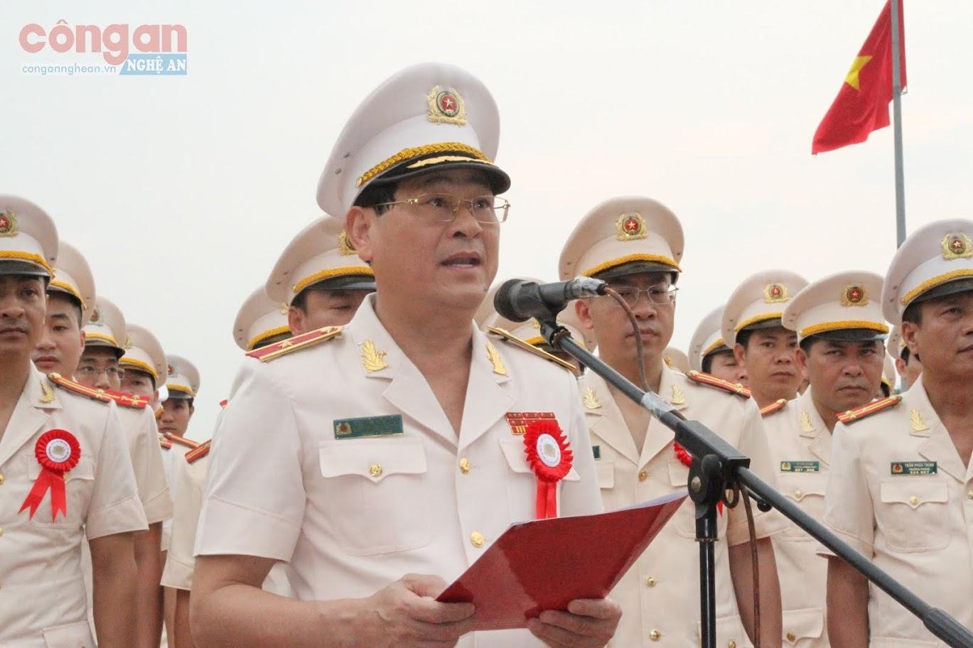Đồng chí Thiếu tướng Nguyễn Hữu Cầu, Ủy viên BTV Tỉnh ủy, Giám đốc Công an tỉnh dâng hoa báo công lên Bác