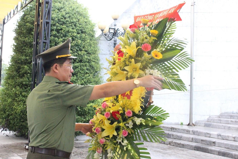 Đồng chí Thượng tá Nguyễn Xuân Thư -Bí thư Chi bộ, Trưởng phòng  dâng hoa tưởng niệm các Anh hùng liệt sỹ tại nghĩa trang liệt sỹ quốc tế Việt – Lào