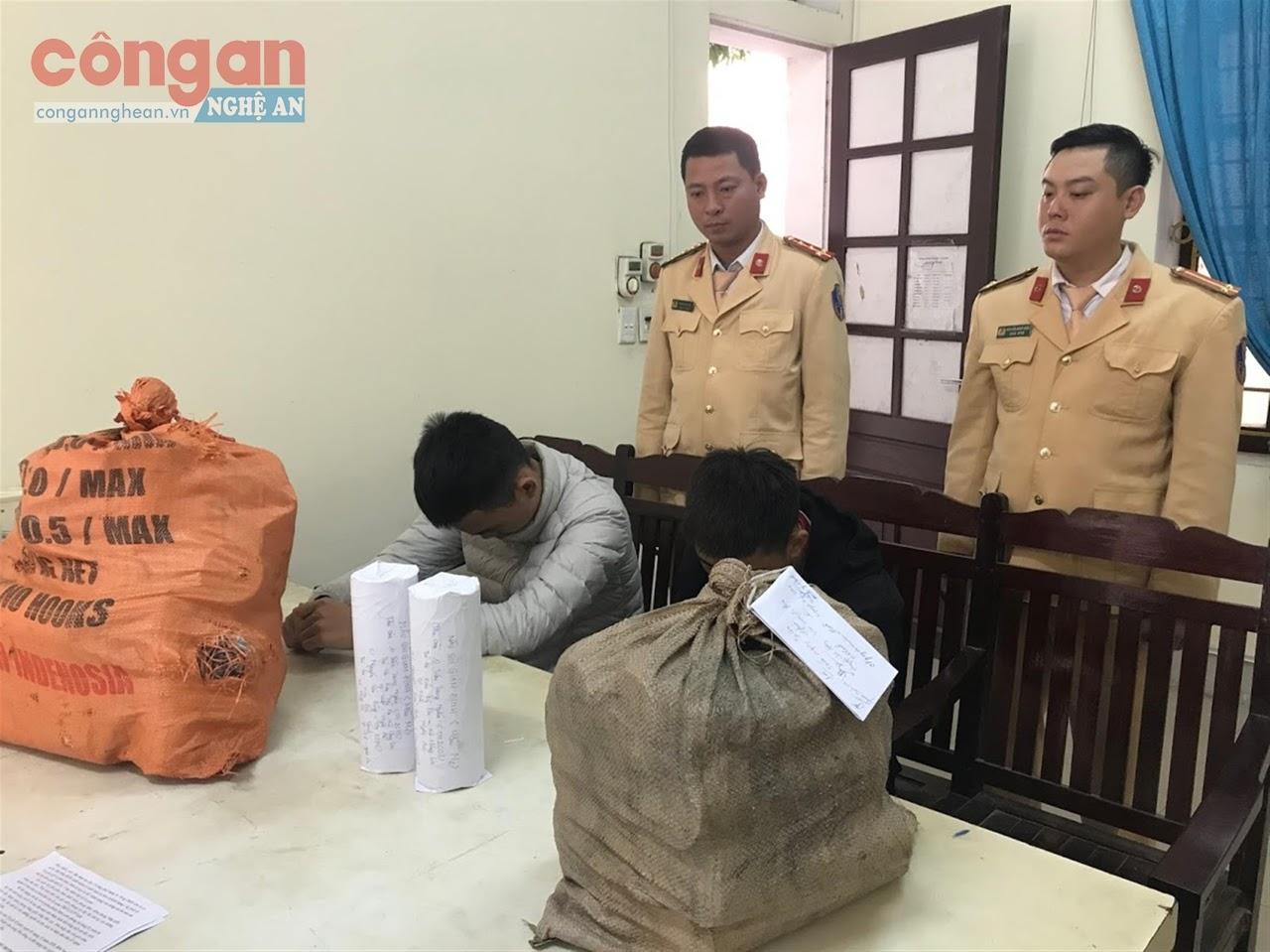 Đội CSGT-TT Công an TP Vinh phát hiện 2 học sinh THCS cùng 28 kg pháo tự cuốn