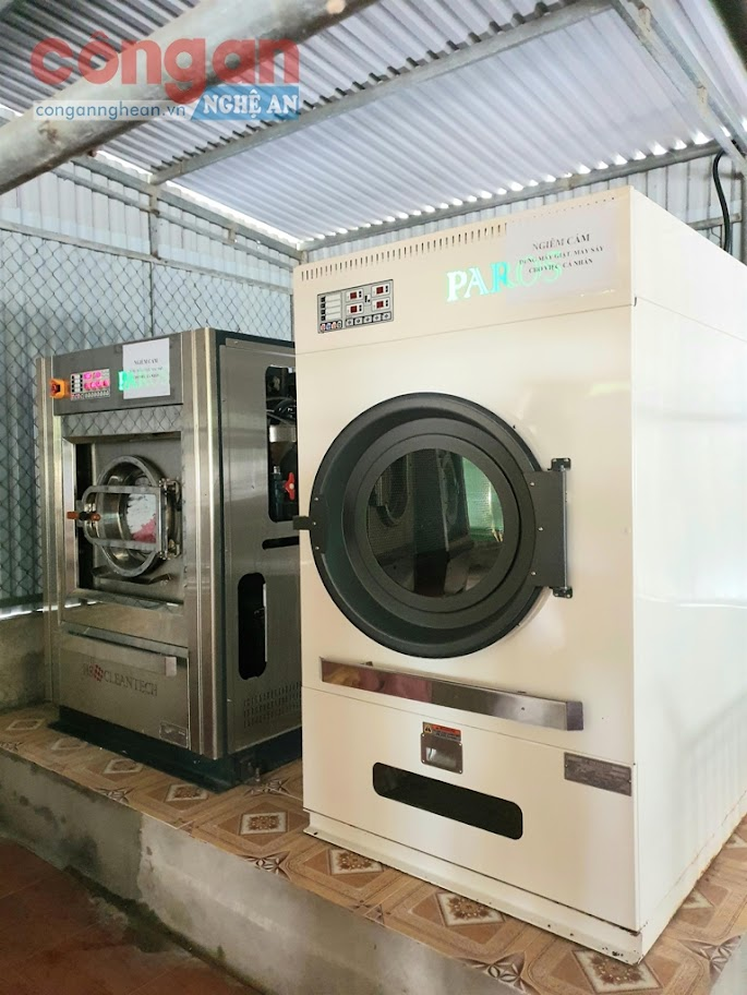 Hai chiếc máy giặt, máy sấy công nghiệp nhãn hiệu HS Clean Tech mà bệnh viện Da khoa huyện Thạch Hà mua với giá 3 tỷ đồng.