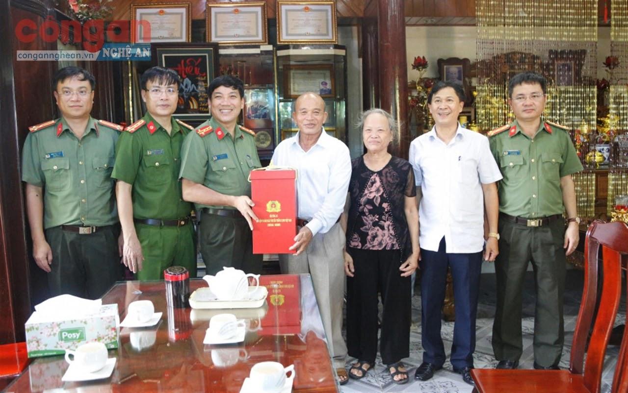 Ban Giám đốc Công an tỉnh Hà Tĩnh tặng quà cho Anh hùng lực lượng vũ trang nhân dân Trần Hữu Đoái            nhân kỷ niệm 75 năm Ngày truyền thống CAND