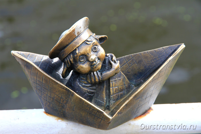 Бронзовый Морячок на набережной Калининграда