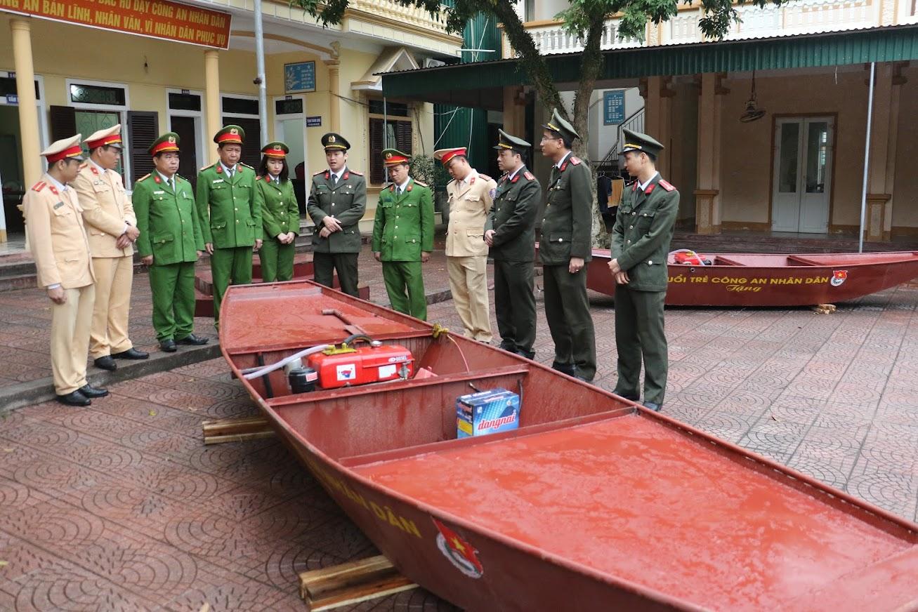 Thuyền máy là phương tiện cứu hộ hiệu quả trong các đợt mưa lũ
