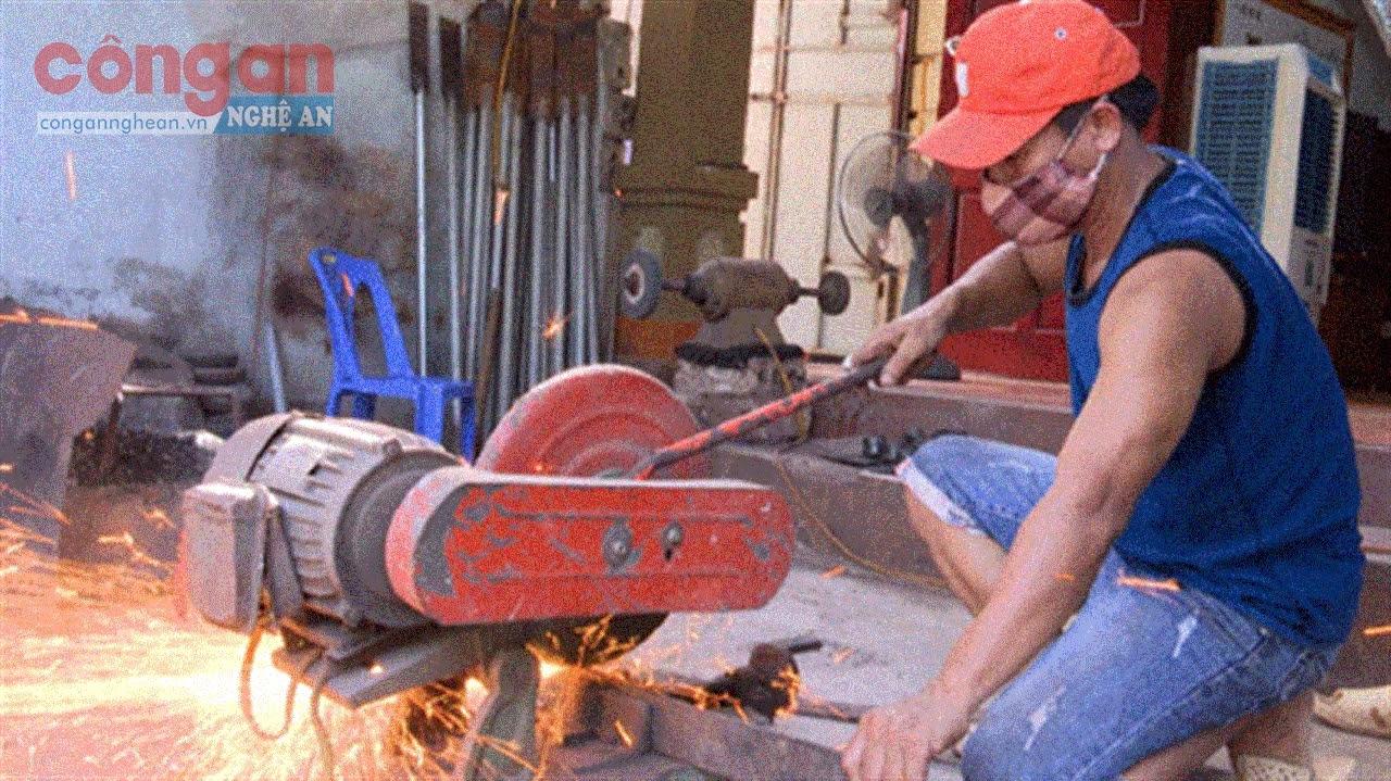 Nghề thợ rèn ở làng Yên Đồng, xã Diễn Vạn là nghề truyền thống  cha truyền con nối và trở thành một nghề có hàng trăm năm tuổi