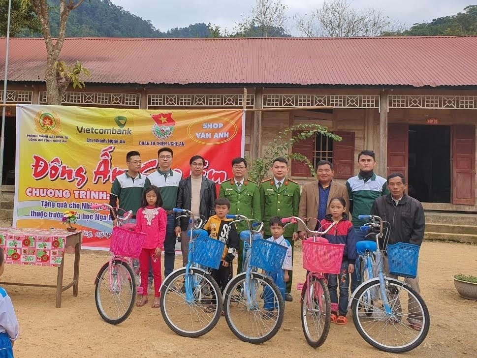 CBCS Phòng Cảnh sát kinh tế (Công an Nghệ An) trao 5 chiếc xe đạp cho học sinh.