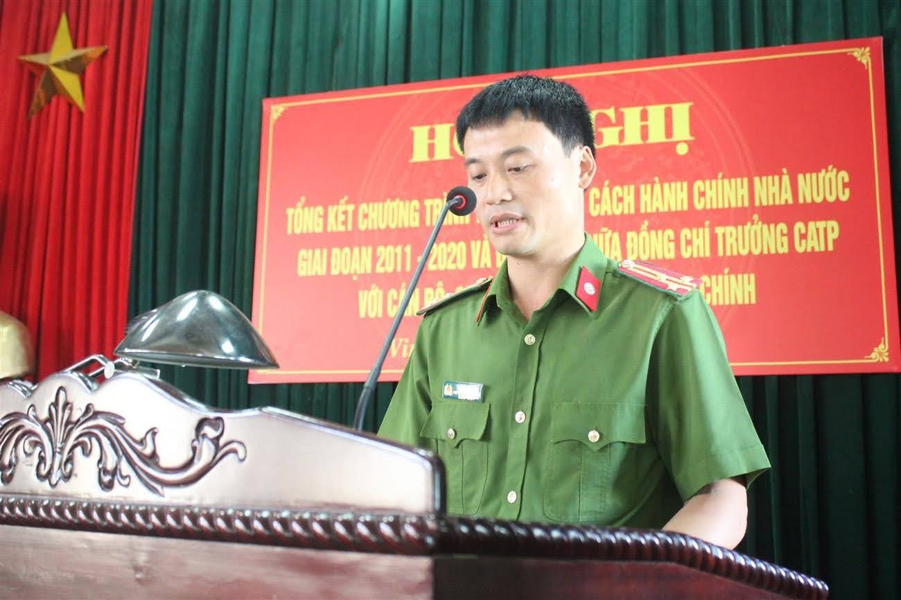 Đồng chí Thượng tá Trần Đình Hà - Phó Trưởng Công an TP Vinh báo cáo tóm tắt kết quả thực hiện Chương trình tổng thể CCHC, giai đoạn 2011 - 2020  và nhiệm vụ trọng tâm trong thời gian tới.