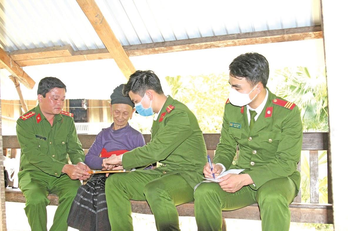 Cán bộ Công an đến tận nhà làm thủ tục cấp phát CMND cho người dân