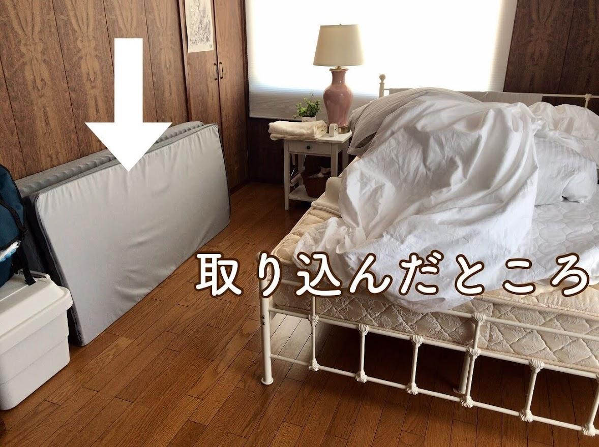 ベッドの上に取り込んだシーツが置いてある