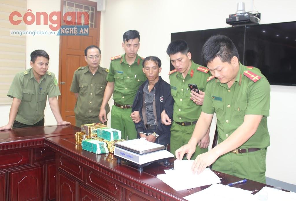 CBCS Công an huyện Đô Lương kiểm tra tang vật ma túy trong một chuyên án khám phá thành công