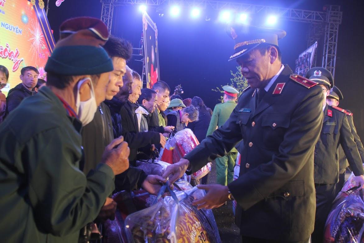 Đồng chí Thiếu tướng Võ Trọng Hải – Bí thư Đảng ủy, Giám đốc Công an tỉnh trao những món quà ý nghĩa đến với học sinh và người dân có hoàn cảnh khó khăn.