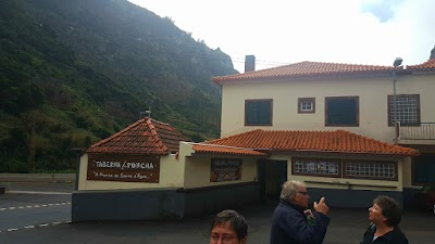 Taberna da Poncha. Een origineel geheim van Madeira. Als je het niet kent bij je er voorbij voordat je het ziet.