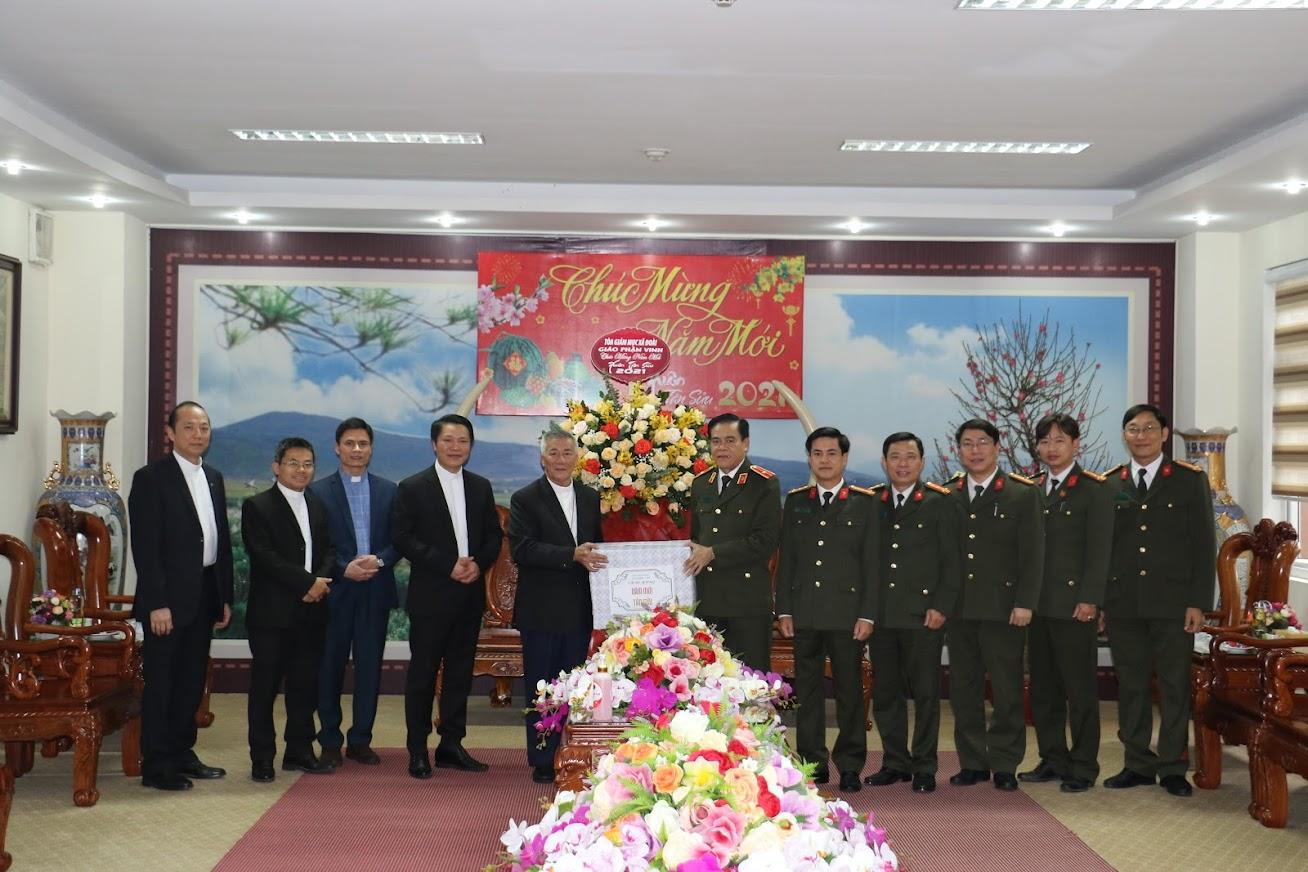 Giám mục Nguyễn Hữu Long cùng đoàn tặng quà, chúc mừng năm mới Công an Nghệ An