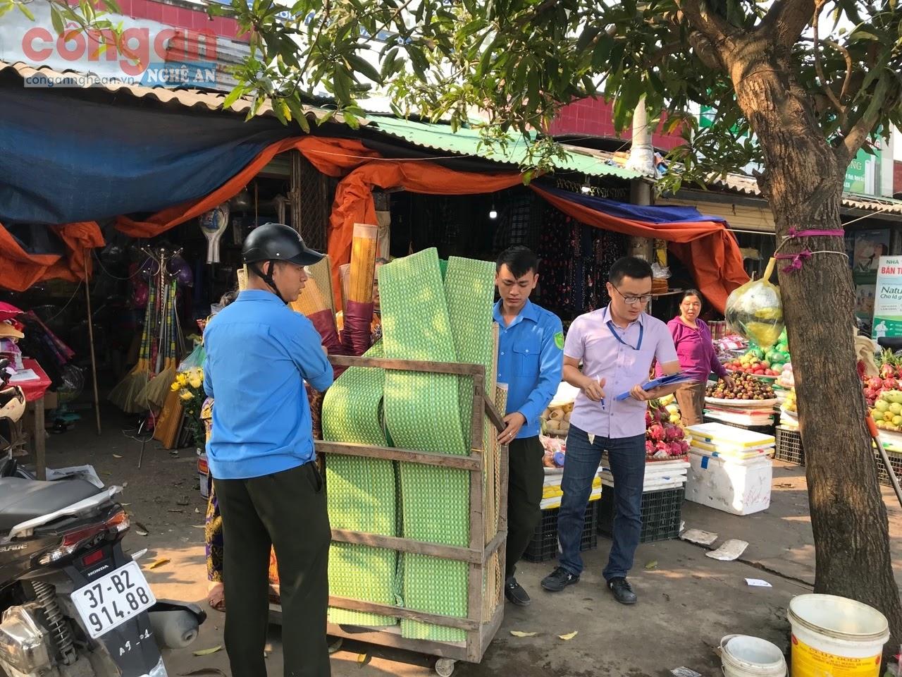 Các lực lượng chức năng giải tỏa hành lang ATGT trên địa bàn thành phố Vinh