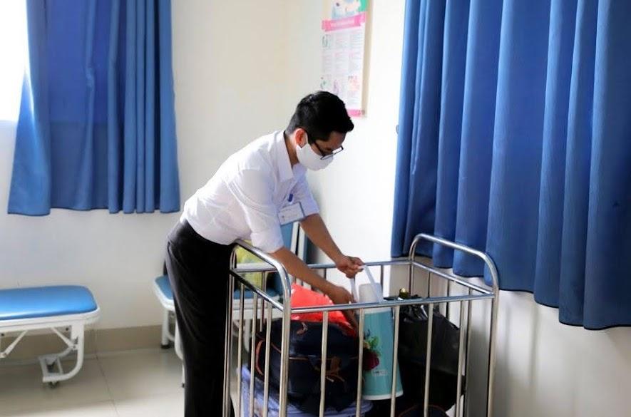 Nhân viên chăm sóc khách hàng sắp sếp và vận chuyền hành lý cho bệnh nhân xuất viện