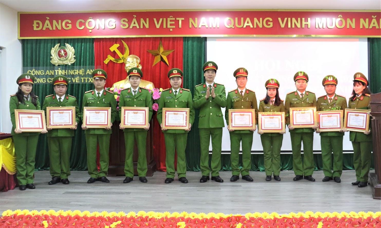 Đại tá Cao Minh Huyền,Phó Giám đốc Công an tỉnh trao Danh hiệu Chiến sỹ thi đua cơ sở năm 2020