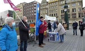 Demonstrierende, Fahnen, Transparent, Infotisch.