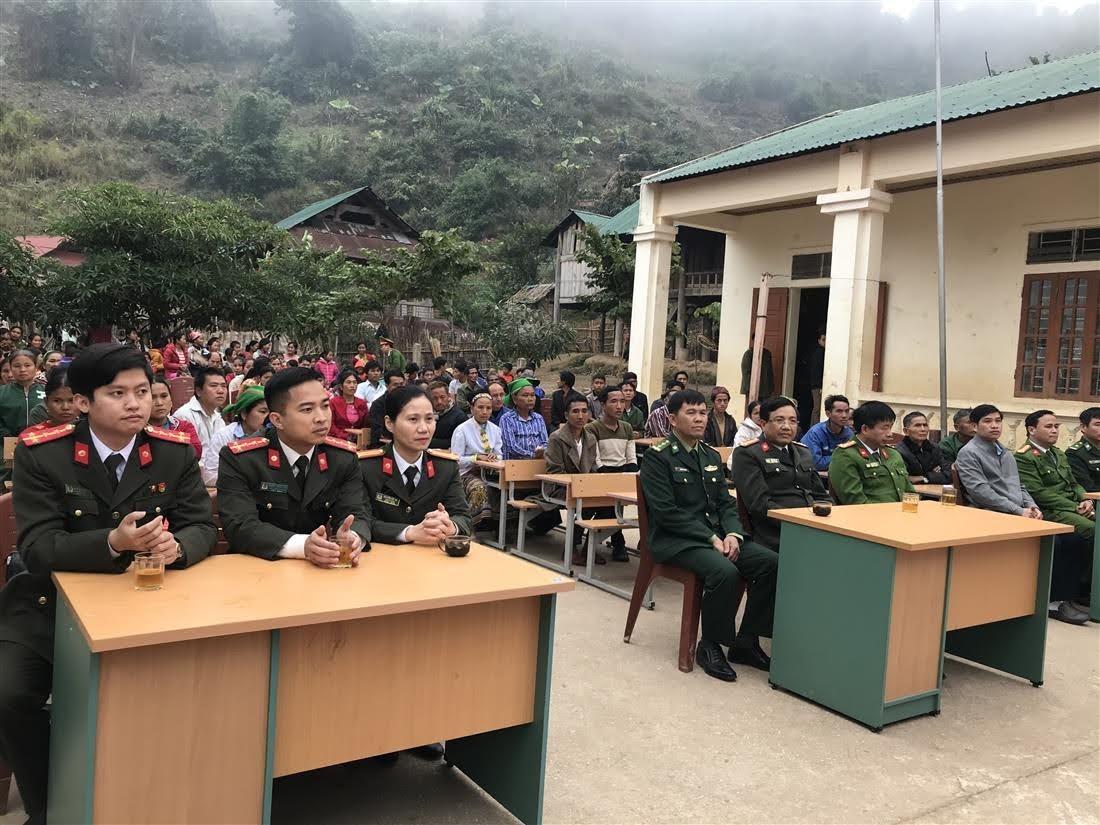 Các đại biểu và người dân tham dự lễ tặng quà tại bản Piêng Luống, xã Nhôn Mai
