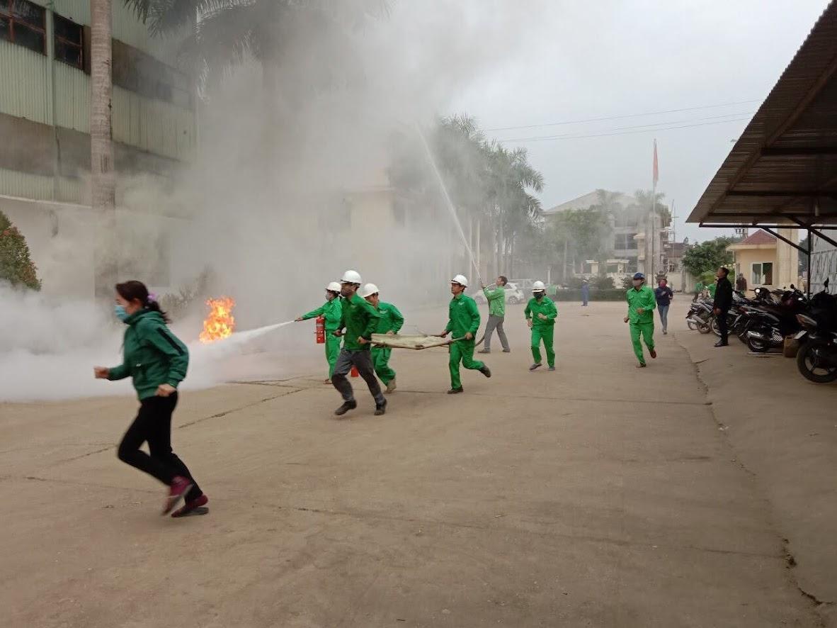 Lực lượng cơ sở nhanh chóng sơ cứu người bị thương