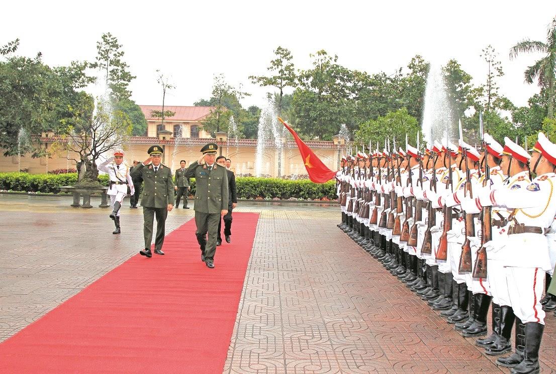 Đ/c Đại tướng Tô Lâm, Uỷ viên Bộ Chính trị, Bộ trưởng Bộ Công an duyệt đội danh dự của Công an tỉnh Nghệ An.
