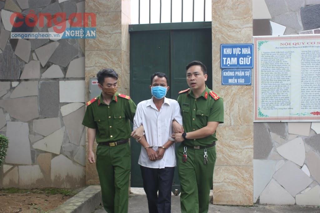 Cán bộ Công an huyện Nghi Lộc dẫn giải đối tượng trong 1 vụ án