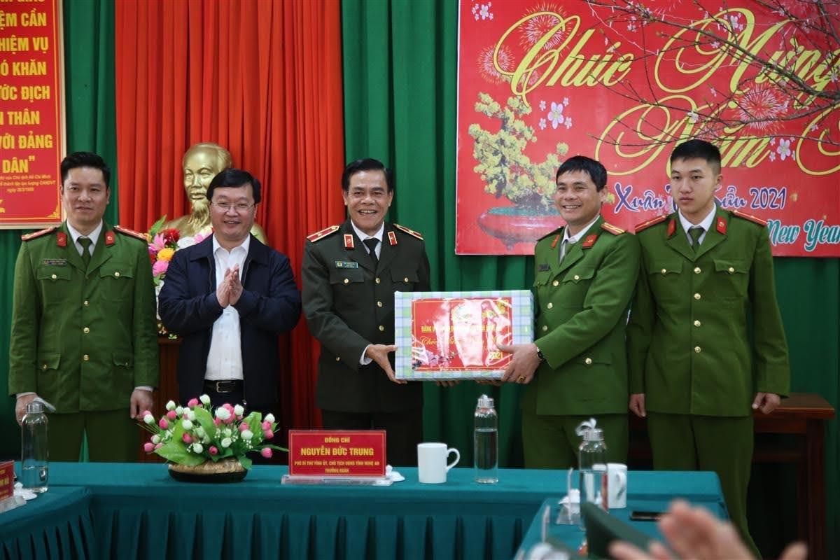 Thiếu tướng Võ Trọng Hải tặng quà cho Công an xã Mỹ Lý
