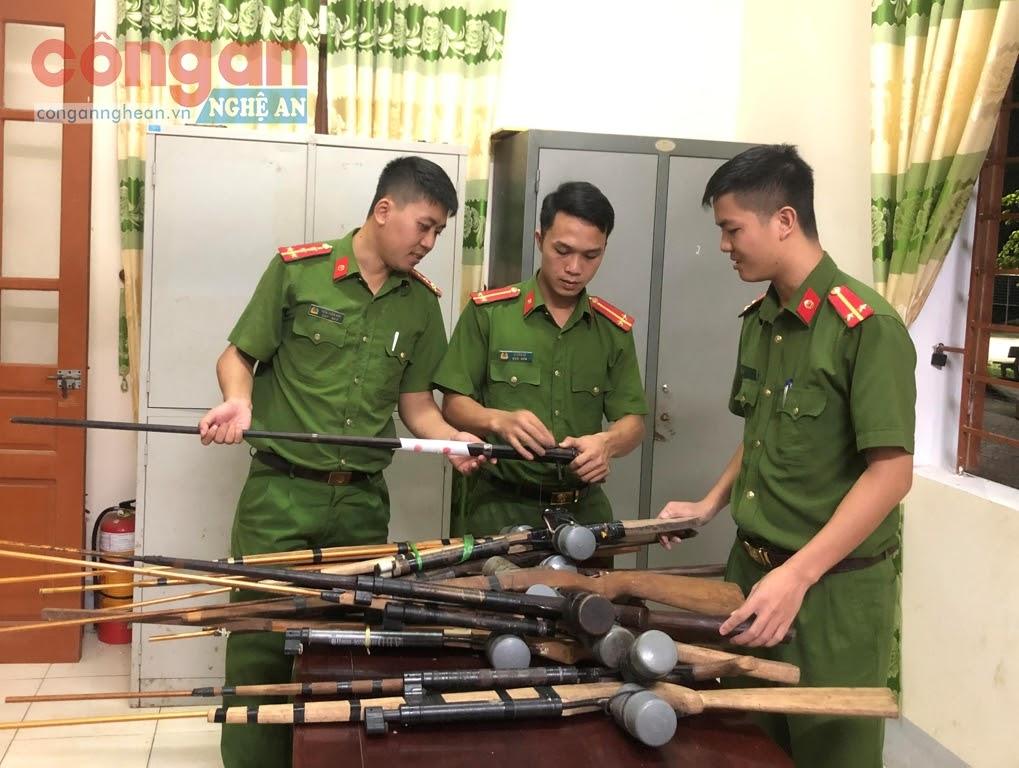 Công an xã Bình Chuẩn kiểm tra số vũ khí đã vận động,  thu hồi trong nhân dân